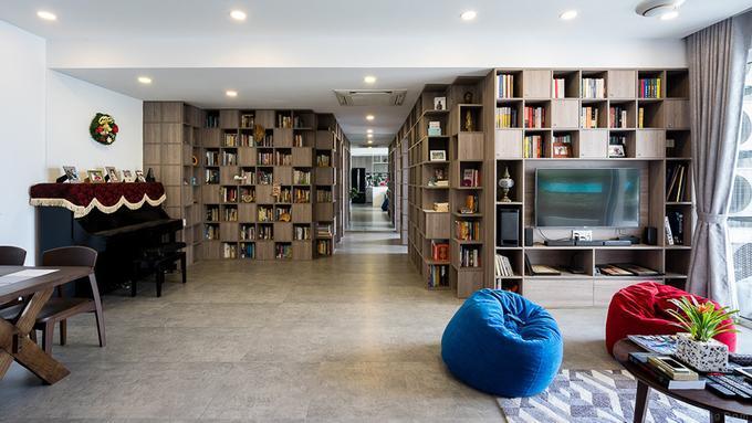 Gia đình gồm 2 vợ chồng, 2 con nhỏ đều rất thích đọc và sưu tầm sách. Khi chuyển nhà, họ quyết định mang theo hơn toàn bộ 2.000 cuốn sách sang căn hộ mới có nhiều dịch vụ tiện ích nhưng diện tích lại nhỏ hơn.