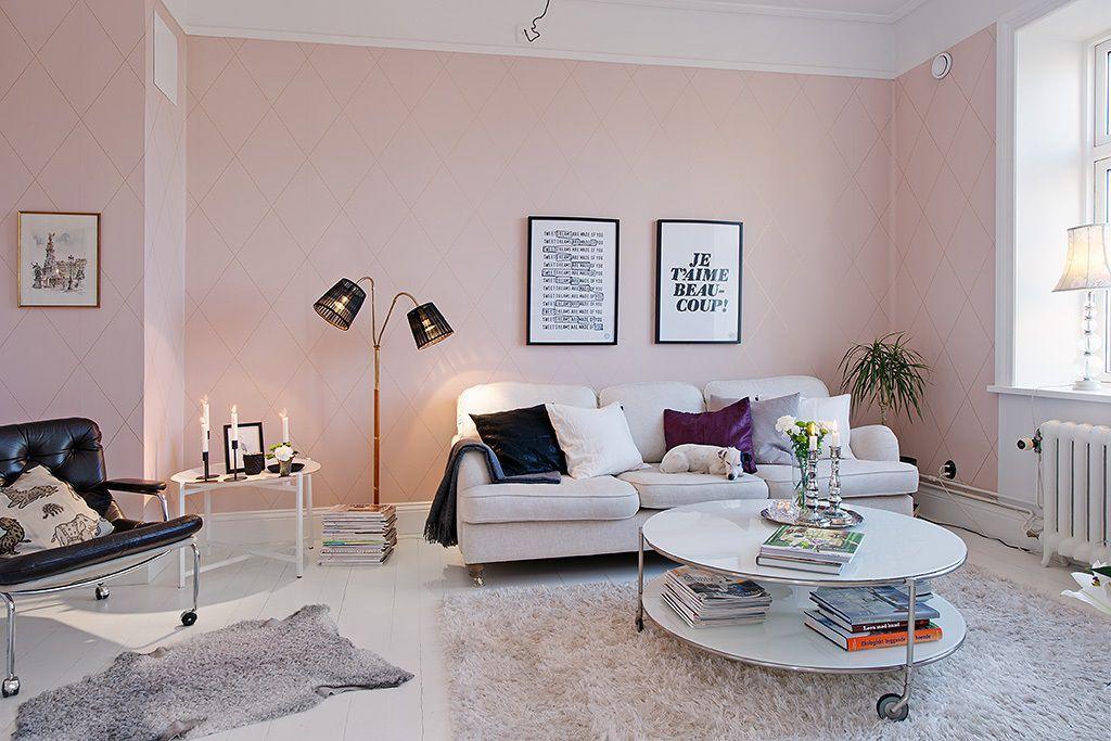 Thảm lót lông càng làm cho không khí trong phòng khách thêm ấm áp và nhẹ nhàng hơn.