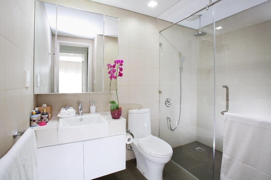 phòng vệ sinh với gương lớn