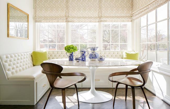Một góc ăn khác, những tia nắng mặt trời chiếu lên chiếc ghế băng bọc nệm màu kem sẽ làm cho đây trở thành góc hoàn hảo để bắt đầu một ngày mới của bạn.