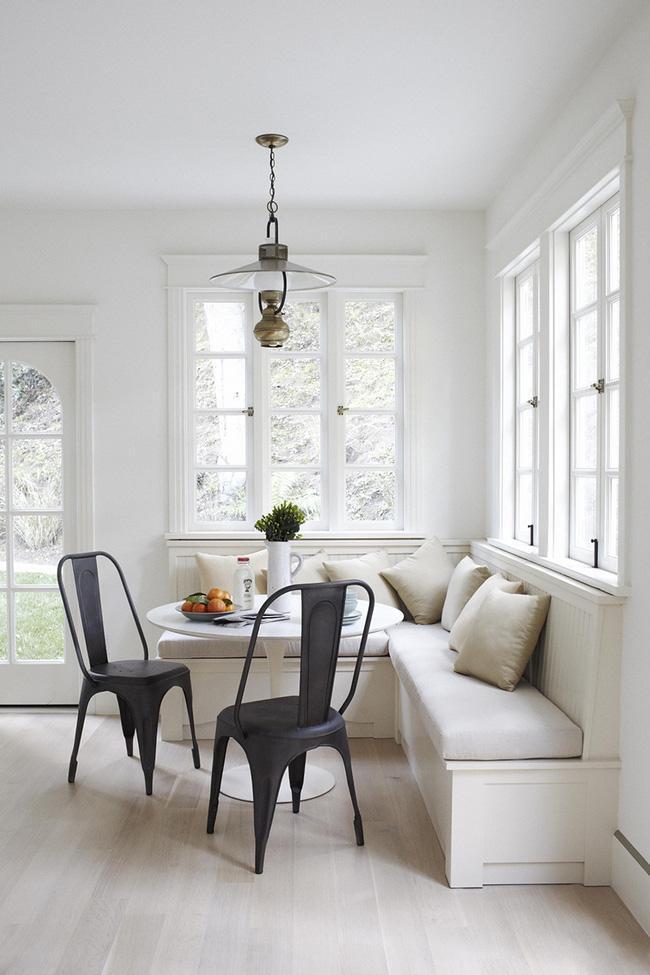 Những tone màu đơn giản của chiếc ghế băng bọc nệm kết hợp với những chiếc ghế màu tối tạo nên cảm giác điềm tĩnh và yên lặng. Thiết kế tối giản này rất phù hợp cho những ngôi nhà nhỏ với cách trang trí gọn gàng.