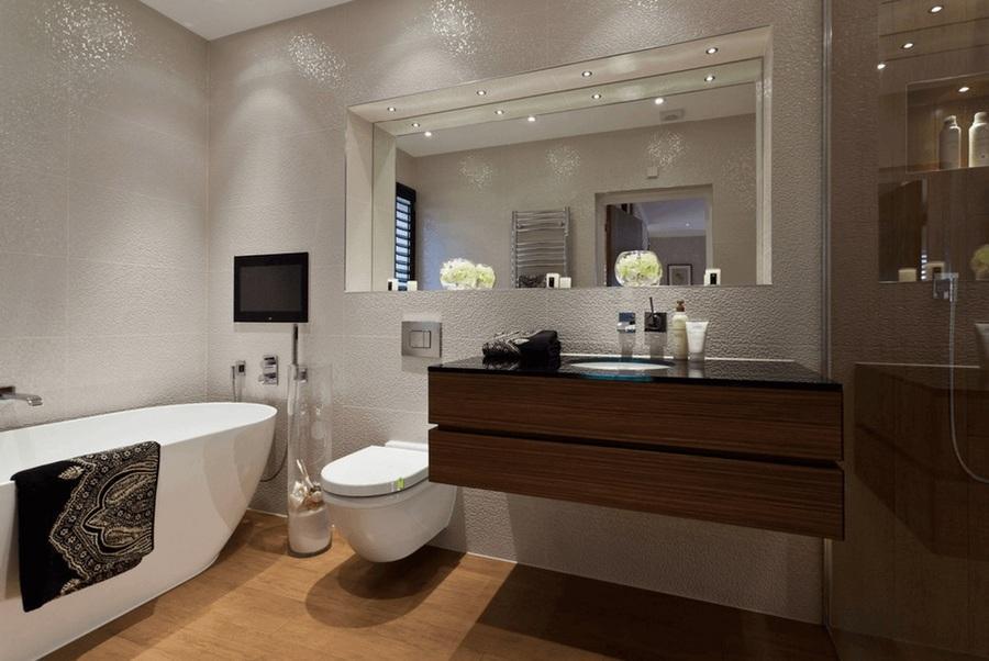 toilet với gương lớn