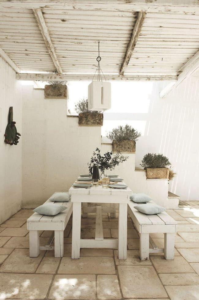 bàn ăn với ghế trắng
