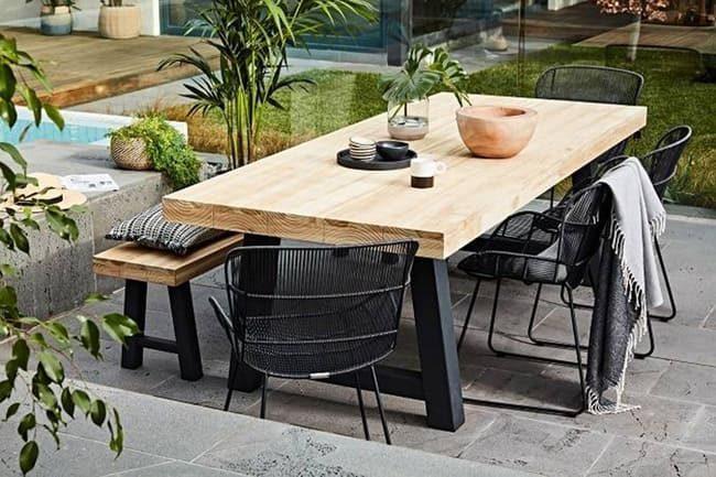 bàn ăn với ghế băng và ghế kim loại