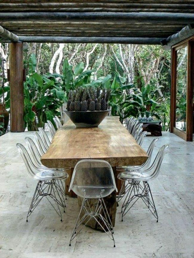 bàn gỗ với ghế nhựa