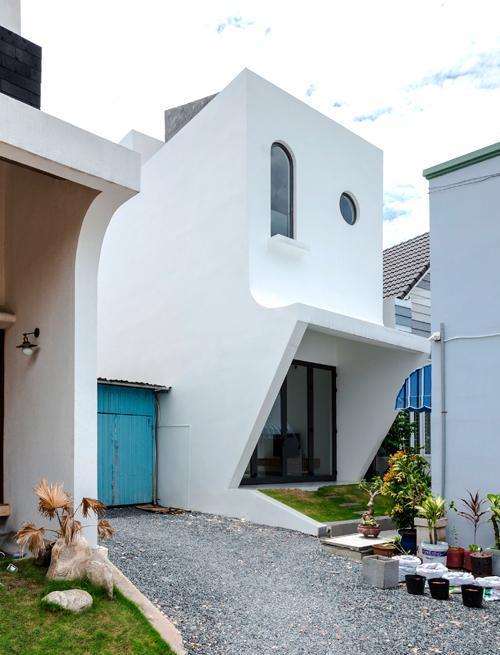 Gia đình trẻ sống ngay cạnh nhà anh vợ ở thành phố Thủ Dầu Một (Bình Dương). Bởi vậy, họ đề nghị thiết kế bề ngoài có mái cong, mặt tiền tương đồng với nhà người thân.