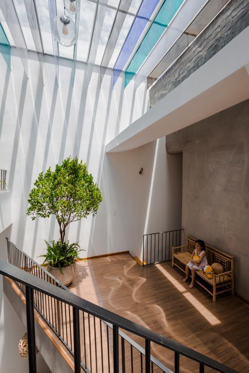 KTS Ngô Việt Khánh Duy, Hưng Trần, Võ Thanh Linh, Mai Tiến Ninh (23o5studio) đưa ra ý tưởng các lớp nhựa màu trong treo ở phần mái kính.