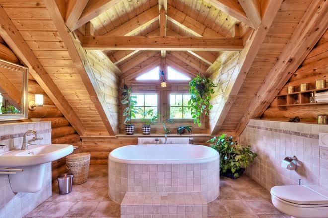 Với những gian nhà tắm gác mái thì lý tưởng nhất vẫn là phần mái nhà bằng gỗ đẹp mắt như thế này.