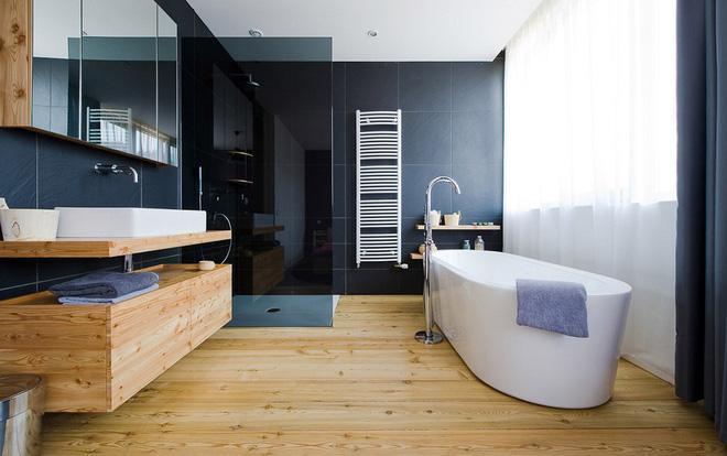 Với nhiều căn hộ lát sàn gỗ, bạn có thể tạo nên sự đồng điệu đó ngay cả trong nhà tắm.