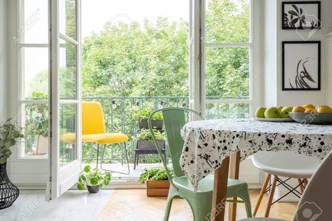 thiết kế nội thất căn hộ chung cư 45m2 với ghế tựa màu vàng