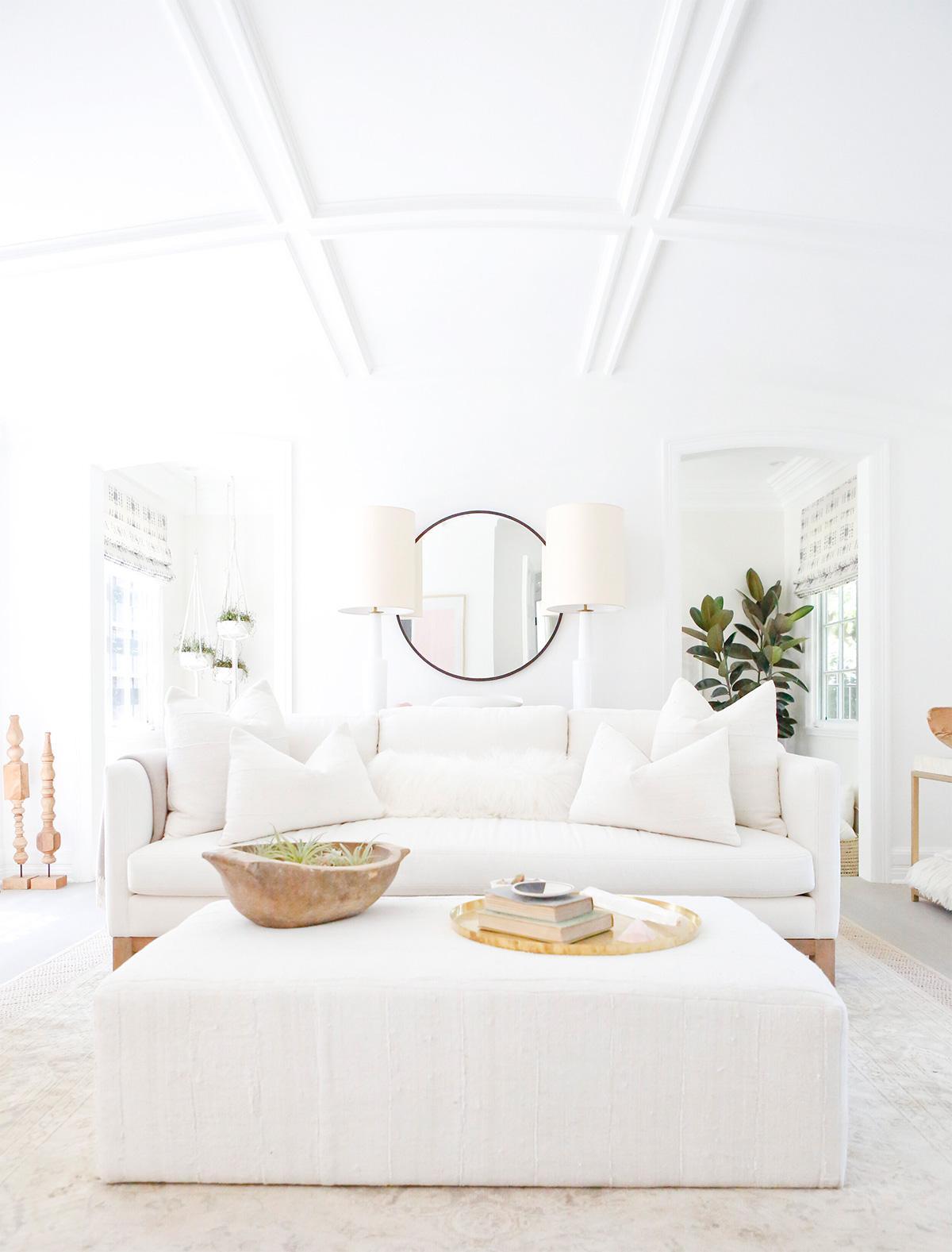 Thiết kế phòng khách với gam màu trắng