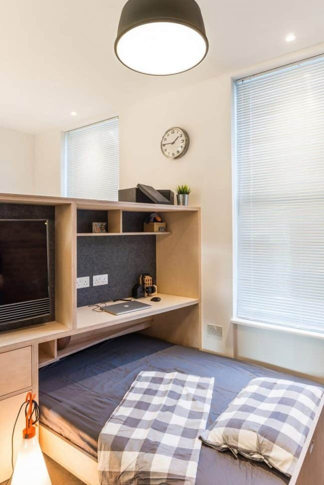 Một tủ sách cỡ nhỏ với chiều cao lửng sẽ là nơi bạn lưu trữ sách vở, laptop, điện thoại và nhiều chức năng phụ trợ khác