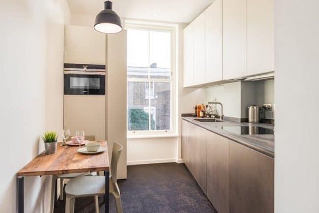 Nội thát nhà bếp tuy được thiết kế đơn giản, với chỉ bàn nhỏ ăn uống và các vật dụng cần thiết nhưng trông vẫn rất đầy đủ tiện nghi và hiện đại.