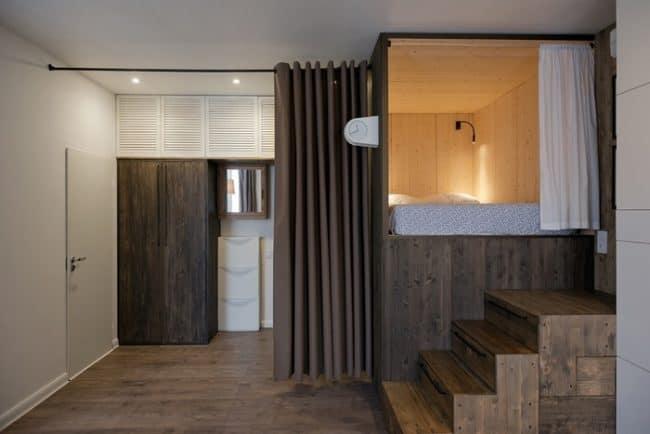 Phòng ngủ được bố trí ở vị trí cao trong căn hộ 35m2