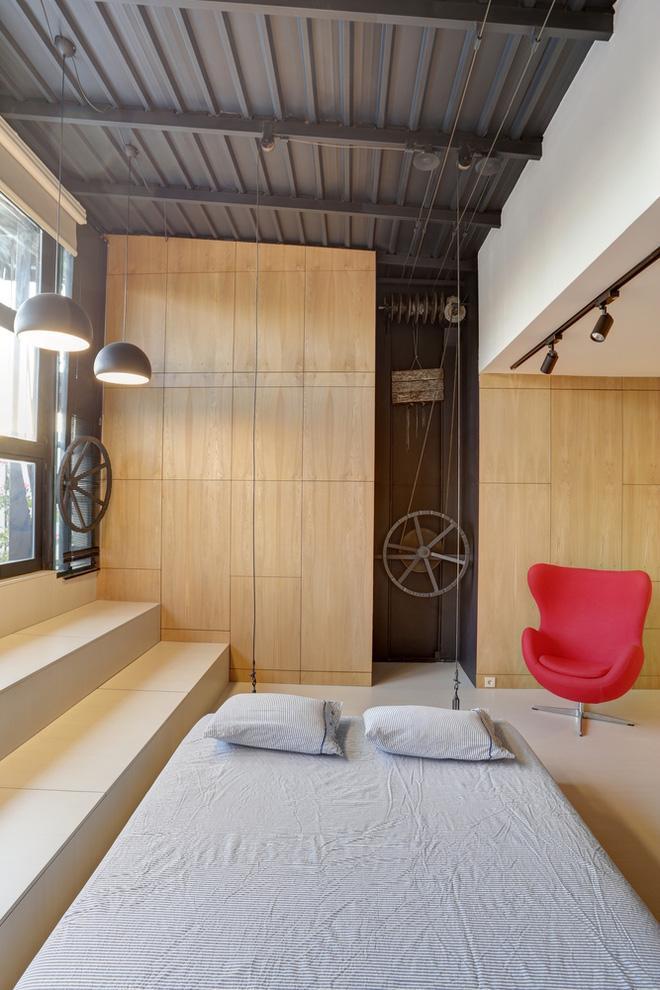 Hệ thống ròng rọc của chiếc giường và cửa sổ là chìa khóa giúp căn hộ thêm gọn.