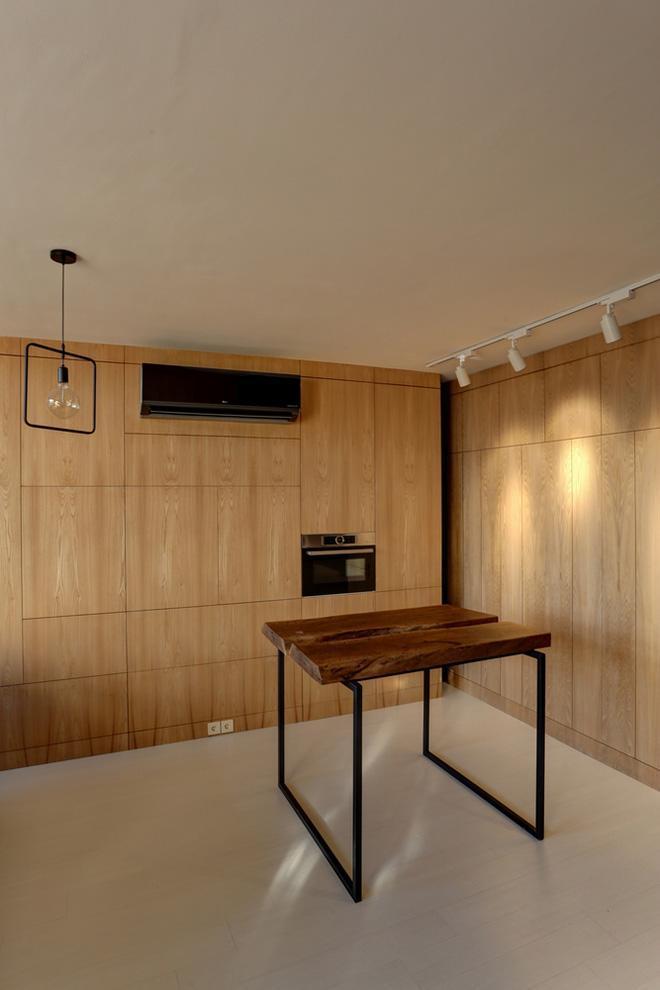 Ngay cả khu bếp nấu cũng được ẩn gọn gàng sau những cánh cửa gỗ, vừa gọn gàng, vừa đủ chức năng. Một cách thiết kế rất thông minh cho nhà chật.