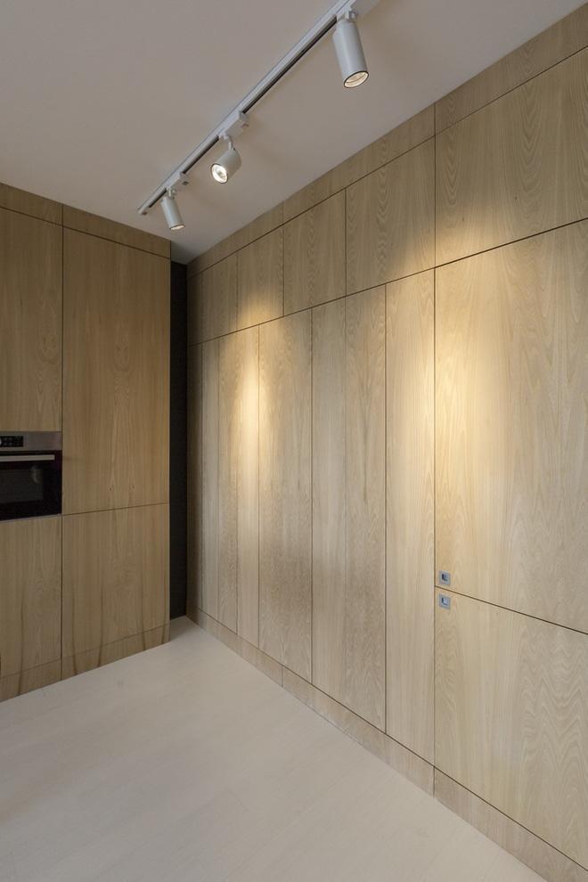Thoạt nhìn những bức tường gỗ sáng này không có gì đặc biệt nhưng ẩn sau đó là những sự bất ngờ về khả năng chứa đồ của nó.