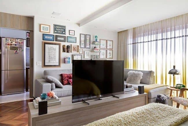 Kệ tivi đặt giữa căn hộ 25m2 giúp phân tách không gian ngủ nghỉ với phòng khách