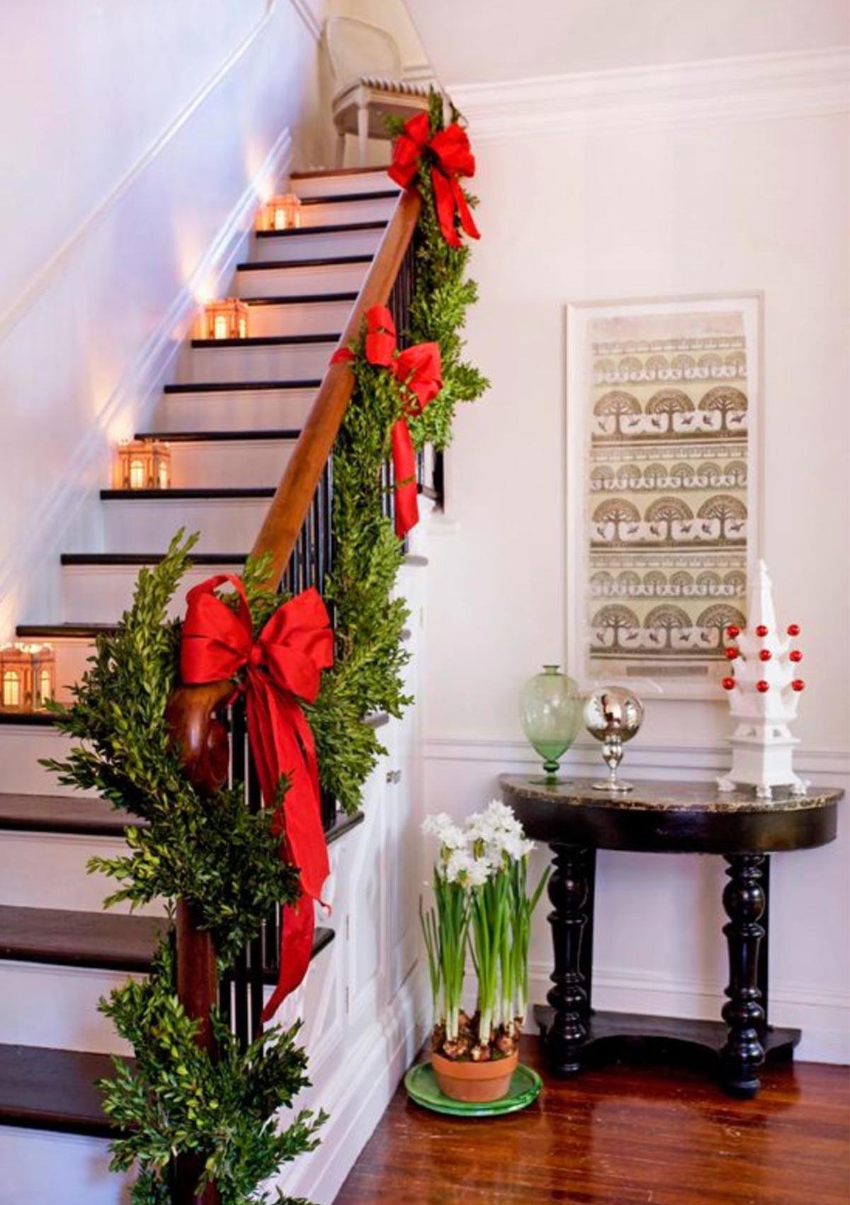trang trí cầu thang với tông màu giáng sinh